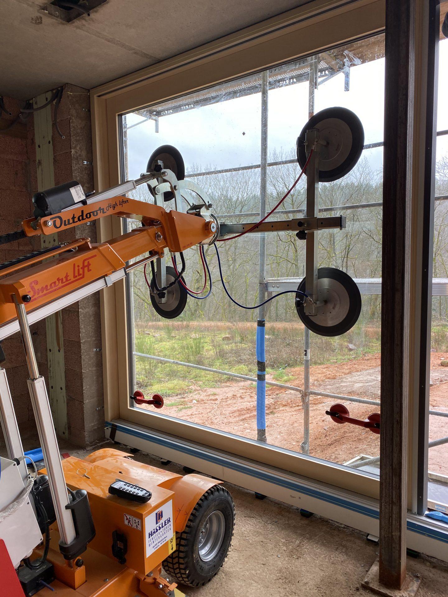 Montage mit modernem fahrbaren Glaslifter